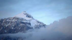 Γρήγορα κινούμενα σύννεφα πέρα από το υψηλότερο βουνό Tahtali στην περιοχή Antalya, της Τουρκίας απόθεμα βίντεο