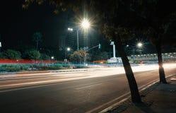 Γρήγορα κινούμενη κυκλοφορία στην οδό πόλεων τη νύχτα Στοκ φωτογραφία με δικαίωμα ελεύθερης χρήσης