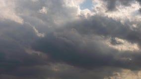 Γρήγορα κινούμενος κινηματογράφος χρονικού σφάλματος σύννεφων 4k βραδιού, σκοτεινό ηλιοβασιλέματος φως πυράκτωσης σύννεφων μαύρο  απόθεμα βίντεο