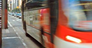 Γρήγορα κινούμενο λεωφορείο στη λεωφόρο λεωφορείων Στοκ Εικόνα