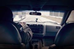 Γρήγορα οδηγώντας ένα αυτοκίνητο - τρίτη άποψη προσώπων στοκ εικόνες