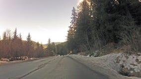 Γρήγορα οδηγώντας στο δρόμο βουνών απόθεμα βίντεο