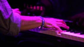 Γρήγορα παίζοντας το πιάνο απόθεμα βίντεο