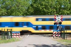 Γρήγορα περνώντας το τραίνο στοκ εικόνες με δικαίωμα ελεύθερης χρήσης