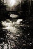 Γρήγορα ρέοντας ποταμός κάτω από τη γέφυρα στοκ εικόνα με δικαίωμα ελεύθερης χρήσης