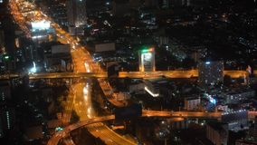 Γρήγορα χρονικά αυτοκίνητα κηφήνων μηχανών οδικής κυκλοφορίας οδογεφυρών γεφυρών πόλεων Timelapse κηφήνων νύχτας στην κίνηση φιλμ μικρού μήκους