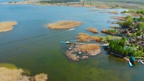 Γρήγορη βάρκα μηχανών αλιείας που πλέει μεταξύ των μικρών νησιών στην ακτή κόλπων με το σαφές τυρκουάζ νερό Φυσική αποθήκευση Osk απόθεμα βίντεο