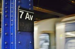 Γρήγορη διέλευση 7ων πλατφορμών λεωφόρων MTA σημαδιών υπογείων πόλεων της Νέας Υόρκης στοκ εικόνα