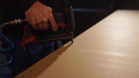 Γρήγορη εργασία με ένα βασικό πυροβόλο όπλο απόθεμα βίντεο