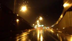 Γρήγορη κίνηση της οδήγησης αυτοκινήτων στην εθνική οδό τη νύχτα απόθεμα βίντεο