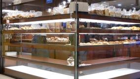 Γρήγορη κίνηση των ανθρώπων που αγοράζουν το ψωμί μέσα στη λεωφόρο αγορών φιλμ μικρού μήκους