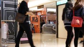 Γρήγορη κίνηση των ανθρώπων που τρώνε τα τρόφιμα και που ψωνίζουν μέσα στη λεωφόρο απόθεμα βίντεο