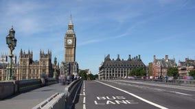 Γρήγορη κίνηση timelapse της κυκλοφορίας στη γέφυρα του Λονδίνου Γουέστμινστερ κοντά στο Big Ben απόθεμα βίντεο