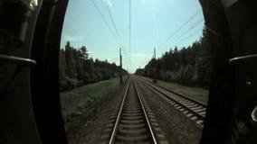 Γρήγορη μετακίνηση του τραίνου στην άποψη διαδρομών από το αμάξι οδηγών ` s απόθεμα βίντεο