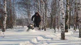 Γρήγορη οδήγηση ατόμων στο μίνι όχημα για το χιόνι βαθιά snowdrifts στο δάσος και ελιγμός μεταξύ των δέντρων απόθεμα βίντεο