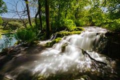 Γρήγοροι ποταμός και καταρράκτης στο εθνικό πάρκο λιμνών Plitvice Στοκ Φωτογραφία