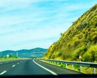 Γρήγορος δρόμος στα βουνά στην Ισπανία, όμορφο τοπίο του moun Στοκ Φωτογραφίες
