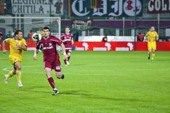 Γρήγορος ποδοσφαιριστής του Βουκουρεστι'ου μετά από τη σφαίρα Στοκ Φωτογραφίες