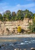 Γρήγορος ποταμός βουνών που πλένεται στη γραμμή ασβέστη με τις παράξενες συστροφές Στοκ φωτογραφίες με δικαίωμα ελεύθερης χρήσης