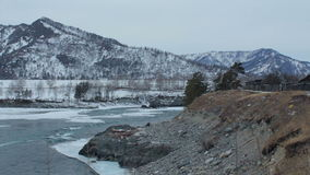 Γρήγορος ποταμός βουνών το χειμώνα Θαμπά ημέρα/βράδυ Κρύος καιρός απόθεμα βίντεο