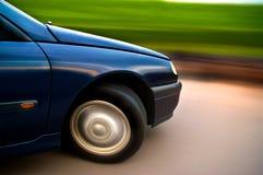 Γρήγορο αυτοκίνητο που κινείται με τη θαμπάδα κινήσεων Στοκ Εικόνες