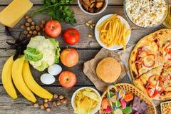 Γρήγορο γεύμα και υγιή τρόφιμα στο παλαιό ξύλινο υπόβαθρο στοκ φωτογραφίες