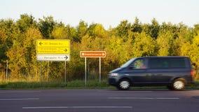 Γρήγορο λεωφορείο σε μια εθνική οδό στη Γερμανία Στοκ Εικόνες