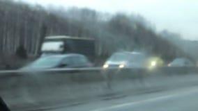Γρήγορο μουτζουρωμένο αυτοκίνητο στην εθνική οδό απόθεμα βίντεο