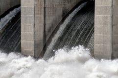 Γρήγορο νερό του φράγματος Truman σε Warasaw Μισσούρι ΗΠΑ Στοκ Φωτογραφία