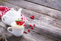 Γρήγορο πρόχειρο φαγητό προγευμάτων στο μικρόκυμα για μερικά πρακτικά Semolina κουπών κέικ με τις κόκκινες σταφίδες σε ξύλινο Στοκ Εικόνες