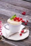 Γρήγορο πρόχειρο φαγητό προγευμάτων στο μικρόκυμα για μερικά πρακτικά Semolina κουπών κέικ με τις κόκκινες σταφίδες σε ξύλινο Στοκ φωτογραφία με δικαίωμα ελεύθερης χρήσης