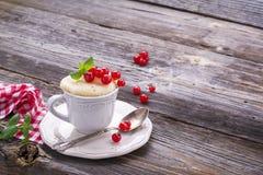 Γρήγορο πρόχειρο φαγητό προγευμάτων στο μικρόκυμα για μερικά πρακτικά Semolina κουπών κέικ με τις κόκκινες σταφίδες σε ξύλινο Στοκ εικόνα με δικαίωμα ελεύθερης χρήσης