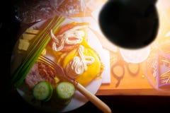 Γρήγορο πρόχειρο φαγητό στον εργασιακό χώρο το βράδυ στοκ εικόνες με δικαίωμα ελεύθερης χρήσης