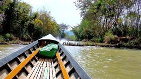 Γρήγορο ταξίδι κανό κατά μήκος των καναλιών της λίμνης Inle, το Μιανμάρ φιλμ μικρού μήκους