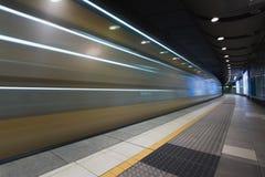 Γρήγορο τραίνο που ταξιδεύει μέσω του υπόγειου σταθμού μετρό Στοκ Εικόνα