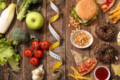 Γρήγορο φαγητό ή υγιεινή διατροφή Στοκ εικόνες με δικαίωμα ελεύθερης χρήσης