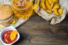Γρήγορο φαγητό και ένα κατεψυγμένο ποτήρι της φρέσκιας ελαφριάς μπύρας Στοκ φωτογραφία με δικαίωμα ελεύθερης χρήσης