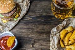 Γρήγορο φαγητό και ένα κατεψυγμένο ποτήρι της φρέσκιας ελαφριάς μπύρας Στοκ Εικόνα