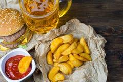 Γρήγορο φαγητό και ένα κατεψυγμένο ποτήρι της φρέσκιας ελαφριάς μπύρας Στοκ εικόνα με δικαίωμα ελεύθερης χρήσης