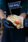 Γρήγορο φαγητό οδών, χοτ-ντογκ με το ψημένο στη σχάρα λουκάνικο Στοκ εικόνες με δικαίωμα ελεύθερης χρήσης
