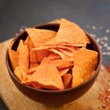 Γρήγορο φαγητό παλιοπραγμάτων που τρώει τα τριζάτα tortilla nacho τσιπ Στοκ φωτογραφία με δικαίωμα ελεύθερης χρήσης