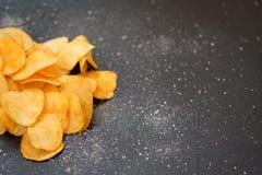 Γρήγορο φαγητό παλιοπραγμάτων που τρώει την τριζάτη τραγανή πατάτα τσιπ Στοκ εικόνες με δικαίωμα ελεύθερης χρήσης