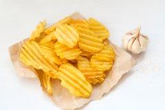 Γρήγορο φαγητό παλιοπραγμάτων που τρώει την τριζάτη τραγανή πατάτα τσιπ Στοκ φωτογραφίες με δικαίωμα ελεύθερης χρήσης