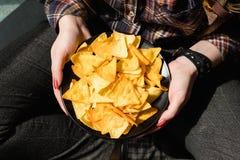 Γρήγορο φαγητό παλιοπραγμάτων που τρώει το κύπελλο χεριών γυναικών τσιπ Στοκ Εικόνα