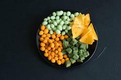 Γρήγορο φαγητό παλιοπραγμάτων που τρώει croutons φυστικιών τσιπ το μίγμα Στοκ εικόνες με δικαίωμα ελεύθερης χρήσης