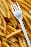 Γρήγορο φαγητό πατατών τηγανιτών πατατών και μίας χρήσης πλαστικό δίκρανο Στοκ Εικόνα