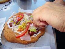 Γρήγορο φαγητό σε έναν υπαίθριο καφέ Στοκ εικόνες με δικαίωμα ελεύθερης χρήσης