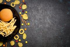 Γρήγορο φαγητό: τοπ άποψη burger, των τηγανιτών πατατών, των τσιπ, των δαχτυλιδιών και του ασβεστίου Στοκ Εικόνα
