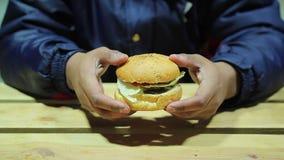 Γρήγορο φαγητό Το άτομο αποφασίζει ότι φάτε ή να μην φάει burger επιλογή δύσκολη παχυσαρκία απόθεμα βίντεο