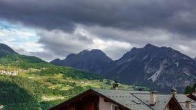 Γρήγορο χρονικό σφάλμα σύννεφων πέρα από την πόλη βουνών απόθεμα βίντεο